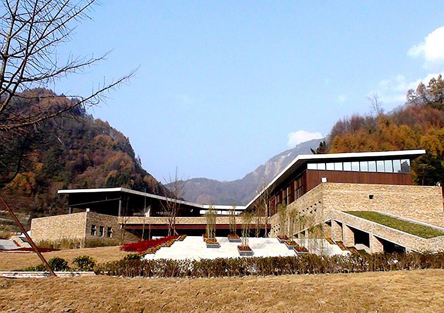 中国保护大熊猫研究中心卧龙神树坪基地的科普教育中心和游客接待中心