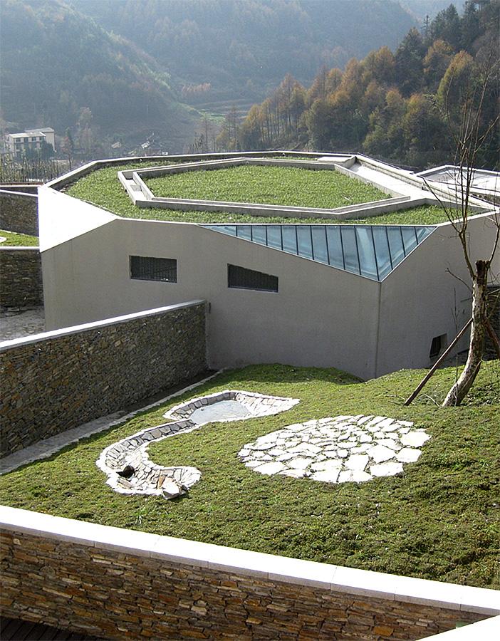中国保护大熊猫研究中心卧龙神树坪基地的大熊猫猫舍及运动场